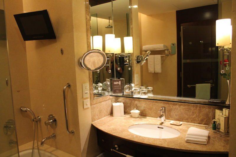 Bathroom of Horizon Club King room in the Shangri-La Xian