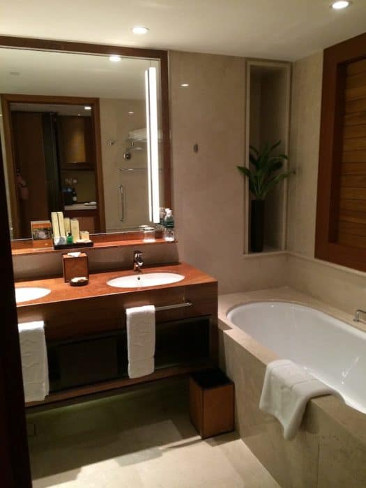Bathroom of Garden Wing Deluxe City View room at the Shangri-La - Singapore