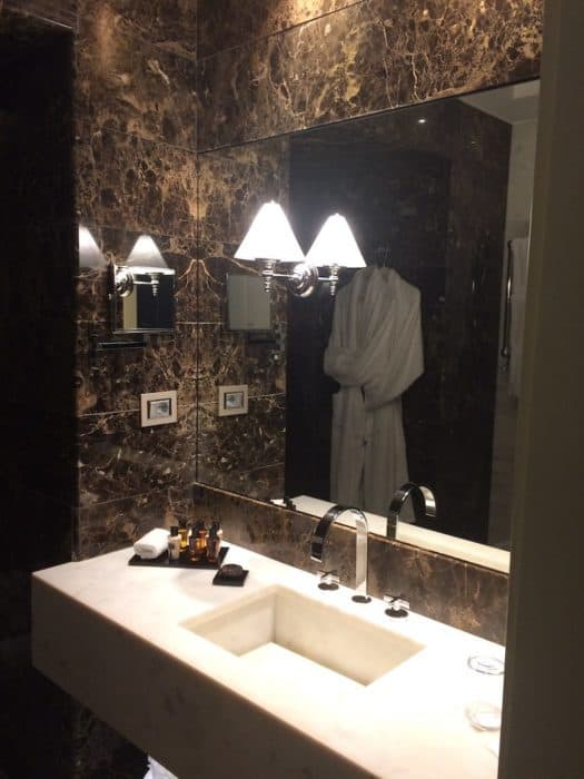 Bathroom in the Junior Suite at THE FIRST Luxury Art hotel Rome