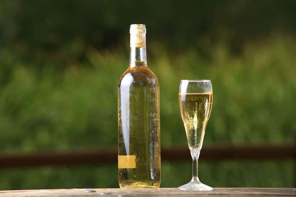 Bodegn de bebidas (vino y sidra), en la naturaleza (mar y montaa), realizado al amanecer.
