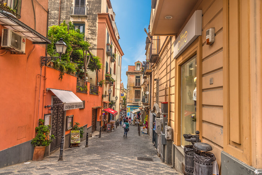 Sorrento, ITALIA - People in downtown Sorrento on a sunny day