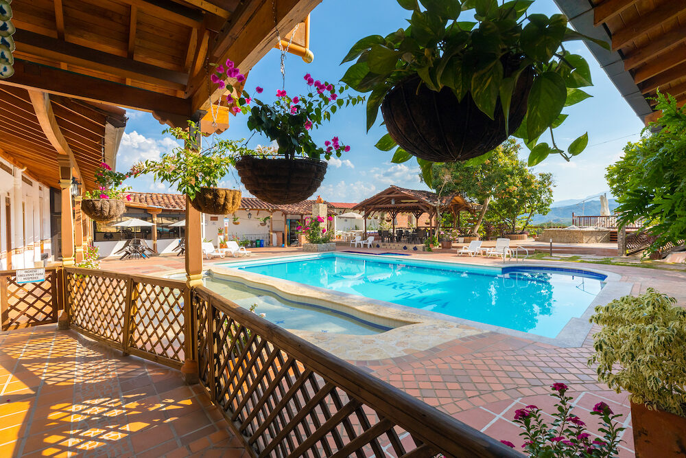 This is the pool of the Hotel Caseron in Santa Fe frequented in this period by many tourists who after visiting the city can relax in the swimming pool