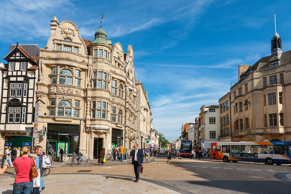 OXFORD ENGLAND - Everyday life on junction of High Street and Cornmarket Street in city centre