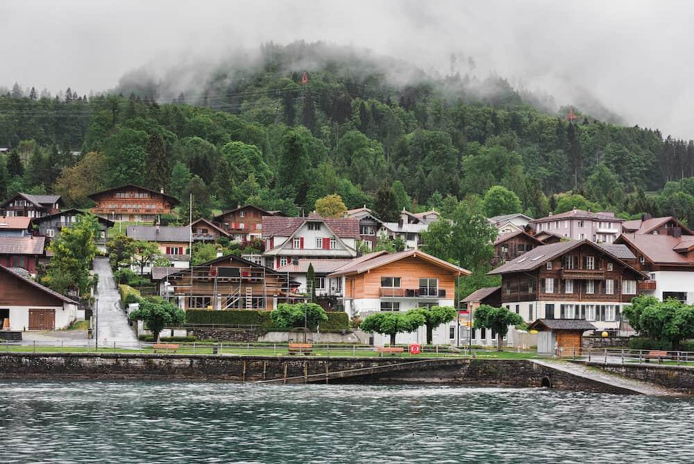 مناظر طبيعية خلابة لبحيرة برينز ومدينة المدينة القديمة المعمارية في إنترلاكن ، سويسرا ، مناظر سيتي سكيب ومبنى العمارة السويسري التقليدي ، وجهة السفر ووقت الإجازة.