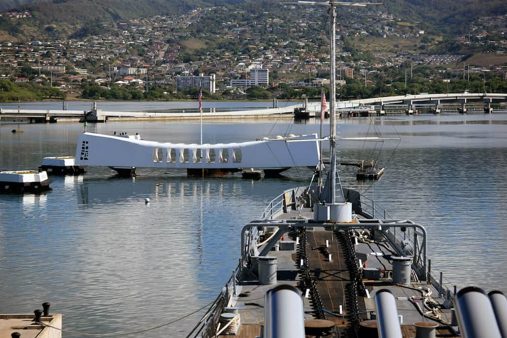 PEARL HARBOR, OAHU,: The bow of U.S.S. Missouri facing the sunken U.S.S. Arizona and its Memorial. The two ships symbolize respectively the end and beginning of World War Two for America.