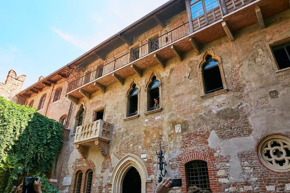 VERONA, ITALY - The house with Juliet's balcony - Verona. Lots of tourists
